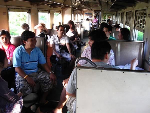 火車上的乘客三五成群的幾乎都是泰國當地人