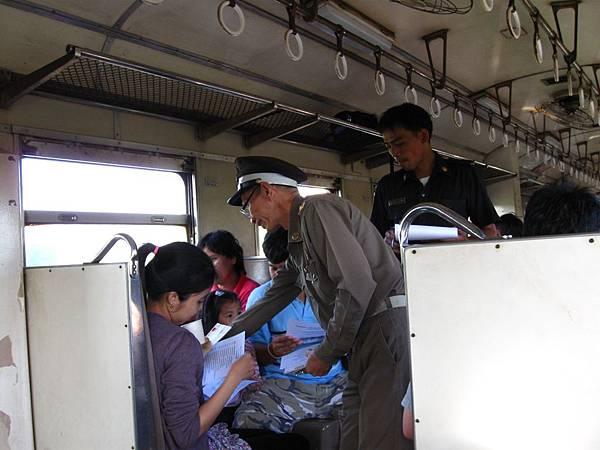 泰國鐵路局負責帶一日團的老大哥出來招呼大家