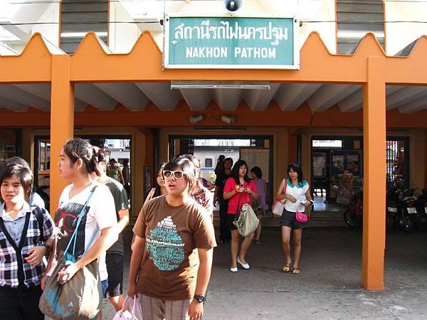 7:49的時候抵達今天的第一個景點- Nakhon Pathom站的 佛統大塔