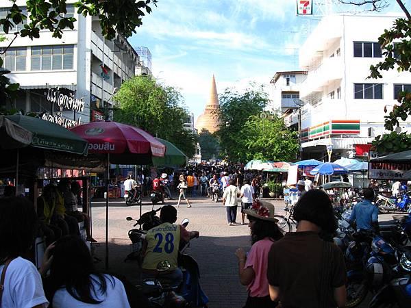 沿路都是一些小攤販和店家