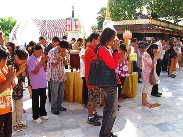 早上8:00,放完國歌後 ,就有一位僧人在大佛像前領著眾人誦念佛經