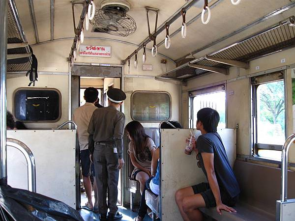 前兩節參加一日遊乘客的車廂,和後面幾節車廂脫鉤分離