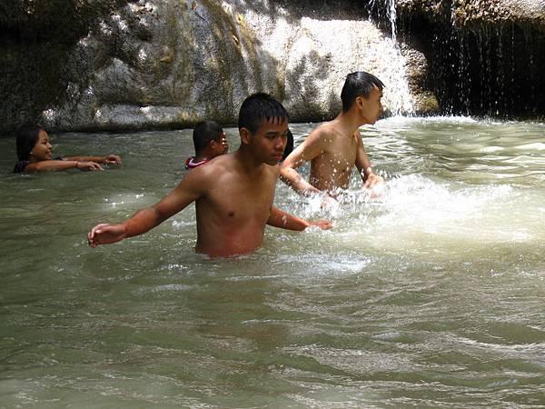 瀑布區可以下水玩