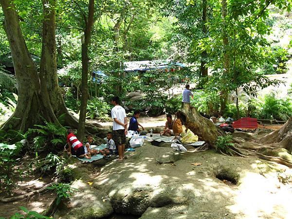 很多泰國人都是和家人朋友席地野餐
