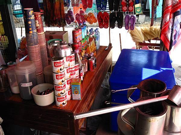 也有一些賣吃吃喝喝和特產的店家
