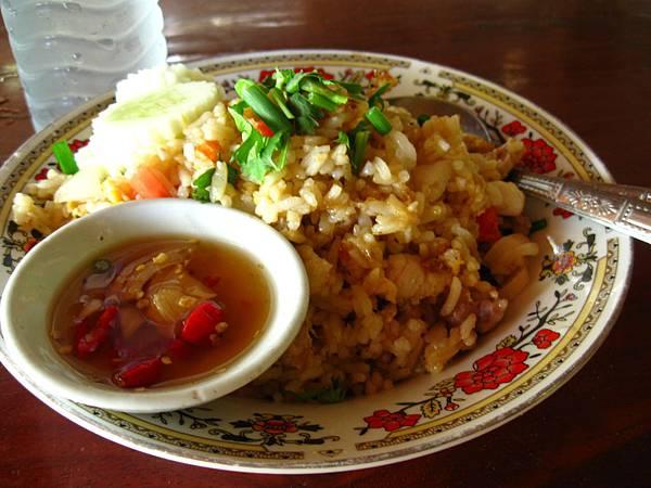 我的午餐--豬肉炒飯+礦泉水(40銖)