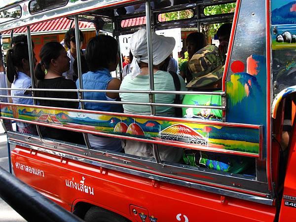 看到幾乎所有泰國遊客都坐上車