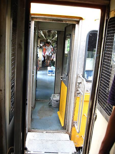 回程的路上, 同樣的在不知名的小站停了約10分鐘 再加掛幾節車廂一起回曼谷車站