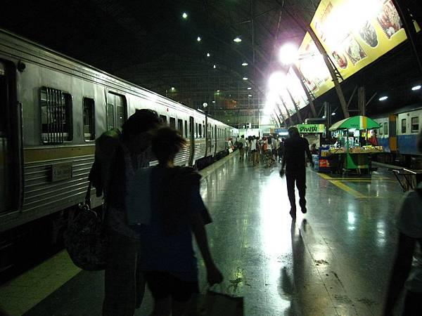 晚上19:48,終於回到曼谷華藍蓬火車站