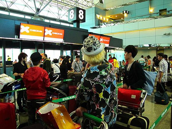 登機地點沒變,一樣在桃園機場第二航廈,第8櫃台,一樣由長榮航空代理地勤