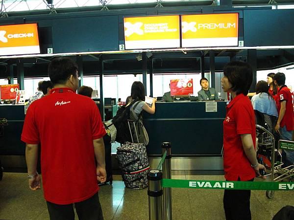 亞洲航空:登機地點沒變,一樣在桃園機場第二航廈,第8櫃台,一樣由長榮航空代理地勤