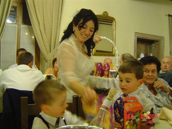 新娘送糖給小朋友