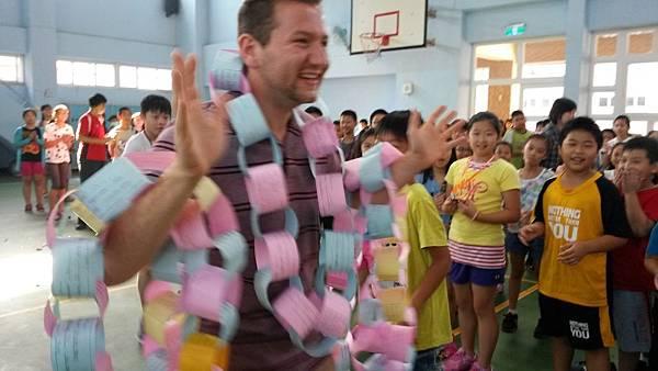 志工Joshua受到大家的熱烈歡迎