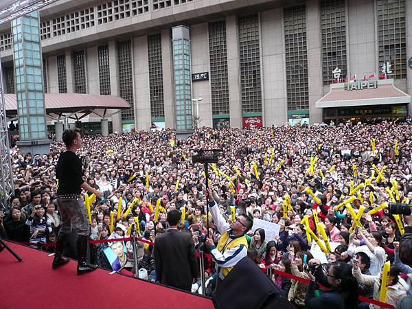 1001218越南活動相片3(由台上歌手後方照台下觀眾).JPG