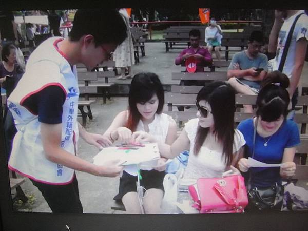 RIMG3911協會志工請越南朋友寫問卷.JPG