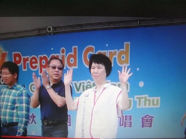 RIMG3916潘理事長在台上向大家揮手致意.JPG