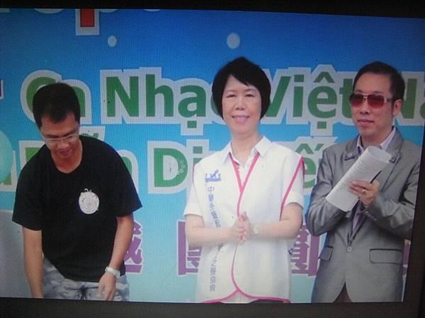 RIMG3930潘理事長與右方主持人.JPG