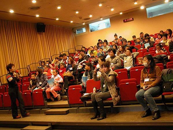 14 淑芬老師於課堂中與大家互動.JPG