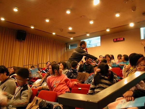 24 當主播遇上主持人課程 吳宗信老師與學員互動.JPG