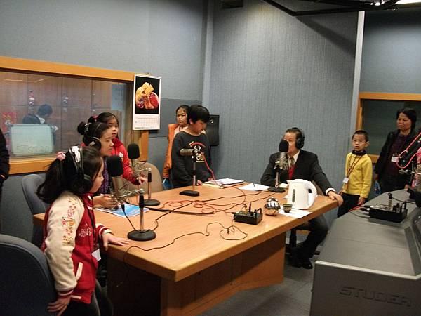 19 參觀時間進入播音室接受四神湯主持人翁浩然現場訪問.JPG