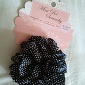 Daiso Mini Dot Scrunchy-Black wWhite Polka Dot-01