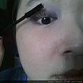 Daiso makeup challenge-apply Hi-Curling mascara-02.jpg