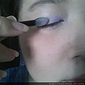 Daiso makeup challenge-apply purple shimmer shadow-03.jpg