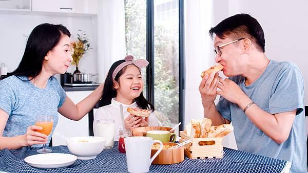全家人享用穀物早餐
