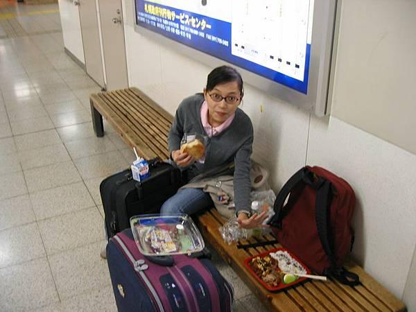 天亮了,札幌也到了,吃個早餐,等待前往富良野的火車