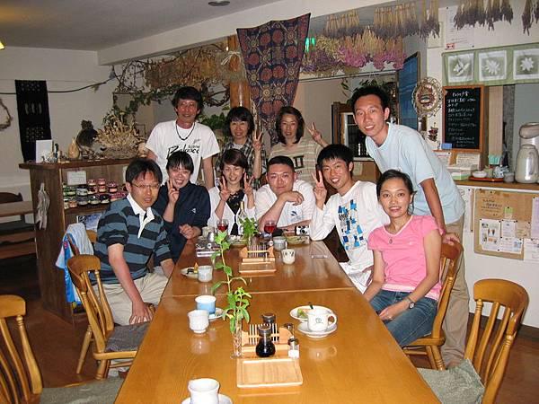 在民宿吃完豐盛的晚餐後與其他語言不通的室友拍照留念(裡面有兩對是來度蜜月的)