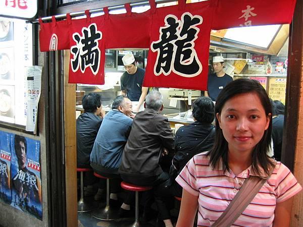 鹽巴不用錢的拉麵店(右後方立正的那位應該是菜鳥吧)