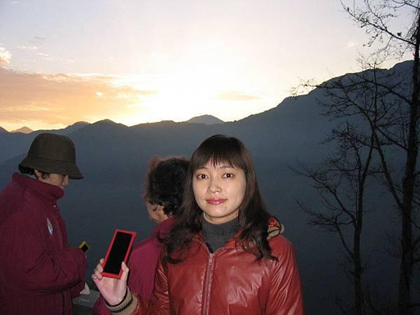 第三天一大早再度上山看日出,這次繳了三百元跟導遊去了玉山國家公園的管轄看,手上拿的是導遊發的濾片,看日出專用的