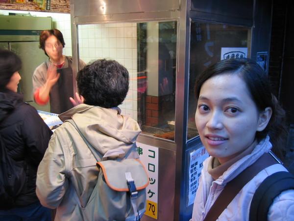 回去的路上有一家看起來像是賣可樂餅的