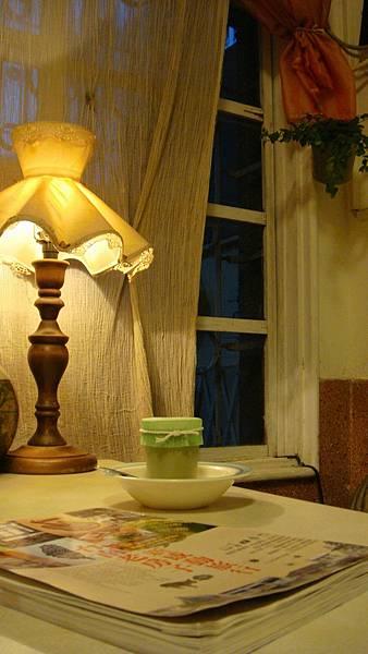 窗邊品嘗一客好吃的手工布丁很有FU喔.JPG