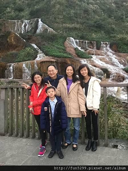 新加坡 吳先生全家福~在黃金瀑布。