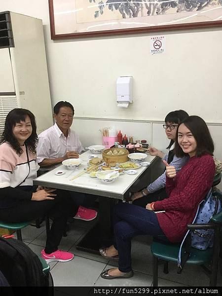 新加坡 張小姐全家福,享用美味早餐中。