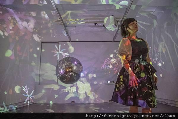 藝術家曾古朝繪與投影裝置作品《宙sora》.jpg