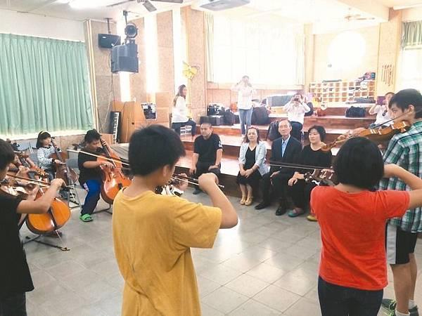 遠雄集團贊助偏遠學校-趙藤雄親自到山林聽偏遠孩童演奏音樂