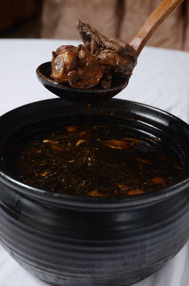。何首烏雞以1.珍貴藥才燉煮,入口甘甜沒中藥味,當火鍋圍爐加蔬菜口感更清甜.JPG