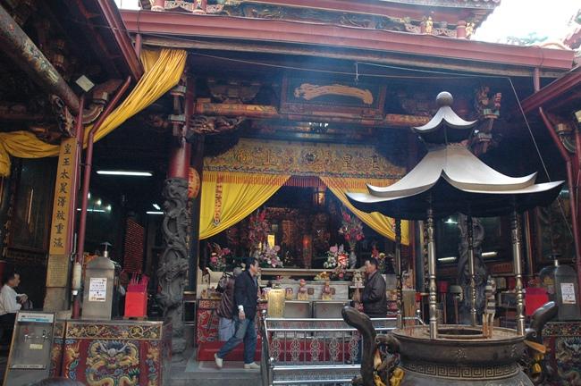 台灣首廟天壇香火鼎盛,是台南人信仰中心,殿中一字匾是台灣三大名匾之一.JPG