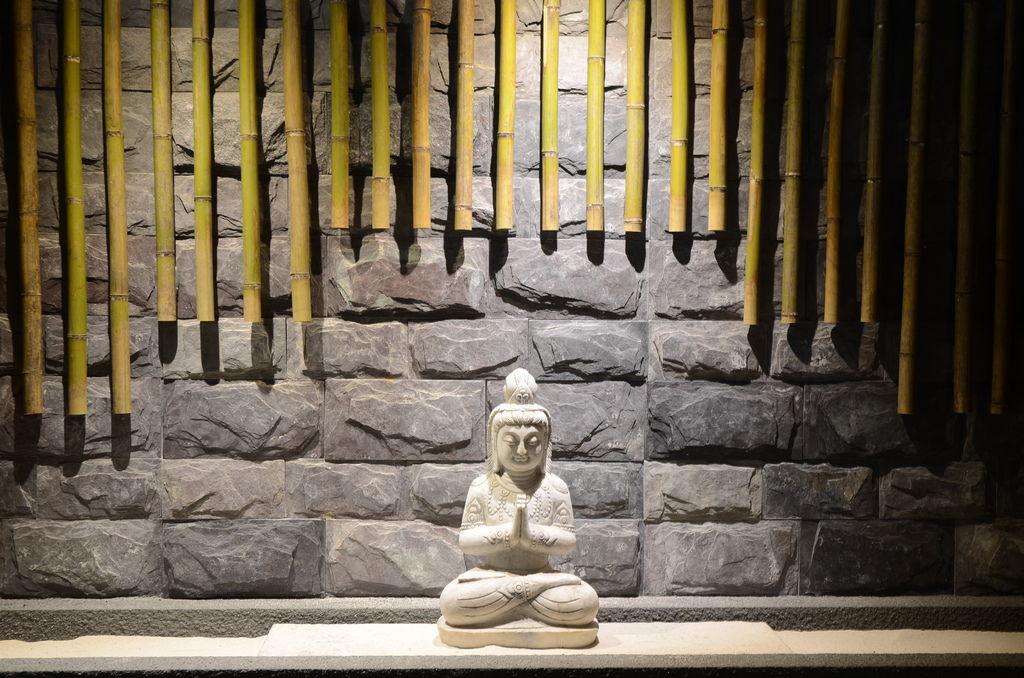 將佛像融入裝置藝術中,每個角落充滿禪意.JPG