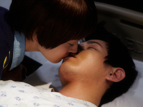 gyuri-steals-a-kiss-from-a-sleeping-jun-ji-hoo_plri-_0.jpg