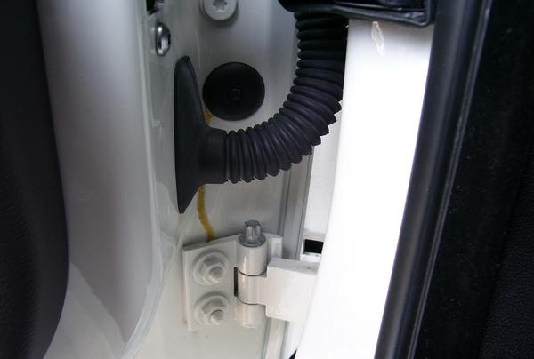 車門與車體的接合螺絲,若無事故,不應有轉過的痕跡。