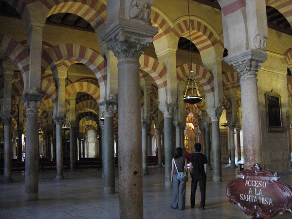 大教堂內的梯形拱門