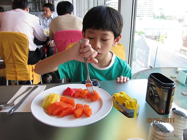 繼續吃水果但多了新玩具陪.JPG