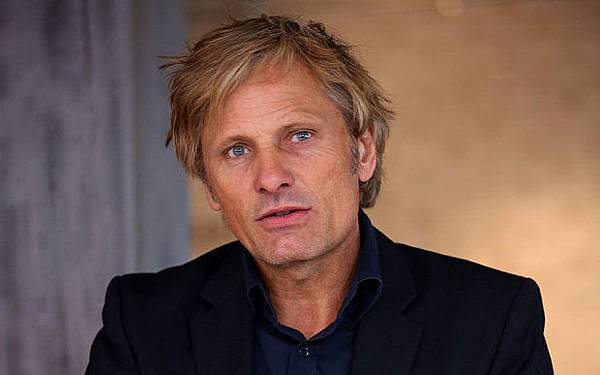 Viggo-Mortensen-Black-Suit.jpg
