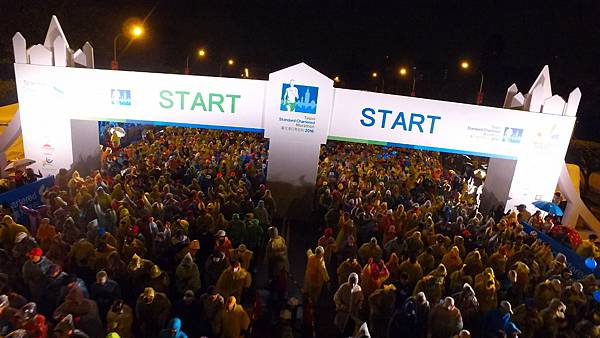 「2016臺北渣打公益馬拉松」,今年共有來自54個國家、超過30,000名跑者參賽,在近十年最低溫的氣侯下,齊聚揮灑熱情與汗水,一起為公益而跑。.jpg