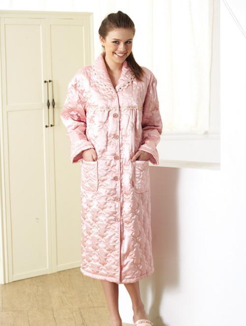 【Pierre Cardin皮爾卡登】精緻奢華舖棉睡袍 外絲裡棉的舖棉材質