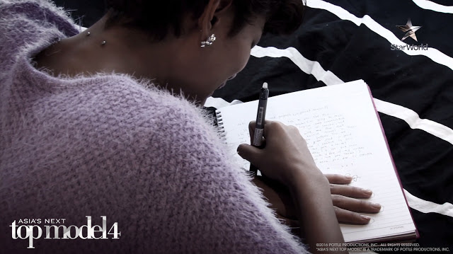 Tuti writing her note to Tawan