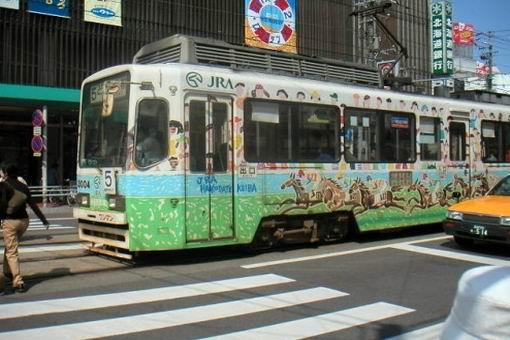 0414-這種小電車在日本長崎、熊本、富士、東京…等地都有,但北海道僅函館和札幌才有,其中又以海港市街風情的函館,更有另一番風味唷~